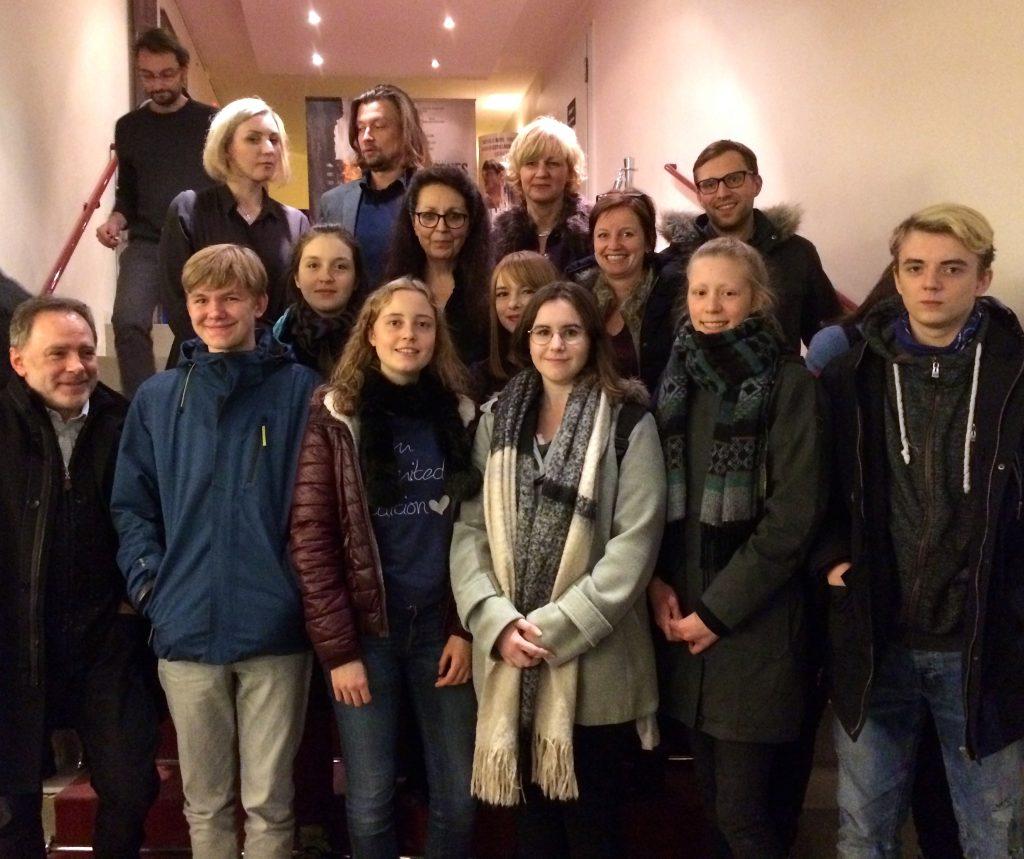 Schüler und Lehrer des Marie-Curie mit der Regisseurin Marie Noëlle (Mitte) und einigen ihrer Mitarbeiter sowie Andrzej Koliński und Lidia Jansen vom Polnischen Institut Düsseldorf
